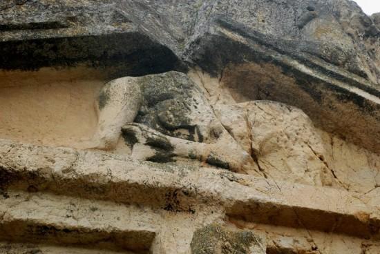 kaya mezarı aslan insan mucadelesi